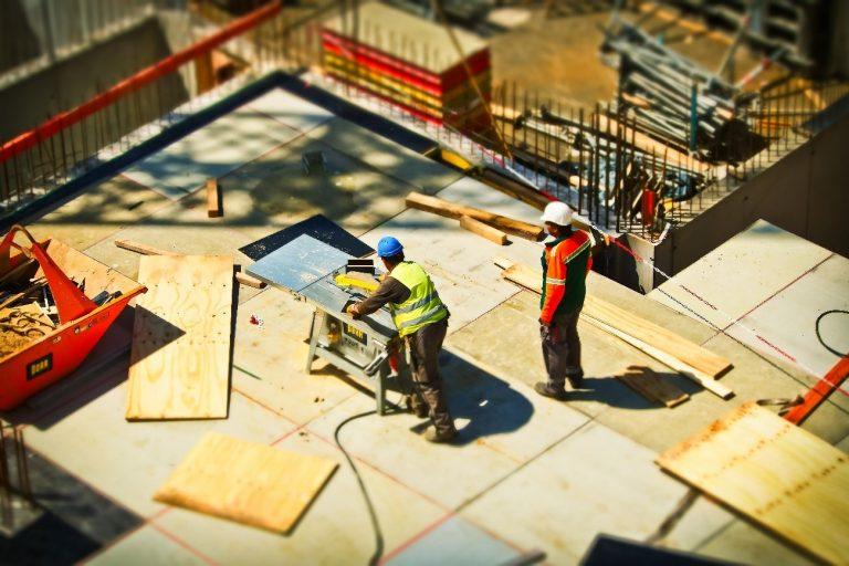 Personas con tablas de madera construcción